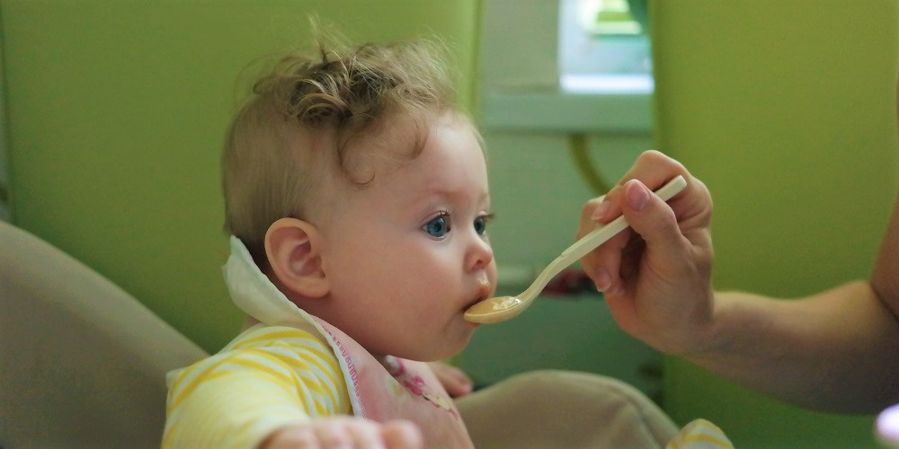 Рекомендации МОЗ и ВОЗ по питанию детей в возрасте от 6 до 12 месяцев. Правила введения прикорма. Таблица введения продуктов прикорма.