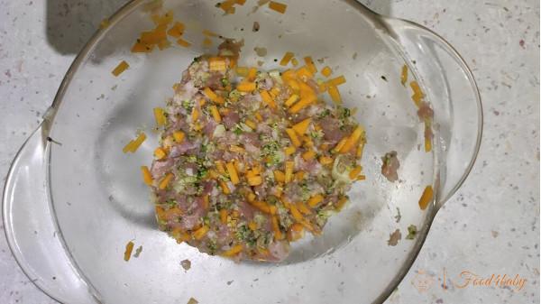 Парові котлети з гарбузом та брокколі в сирному соусі для дітей після року