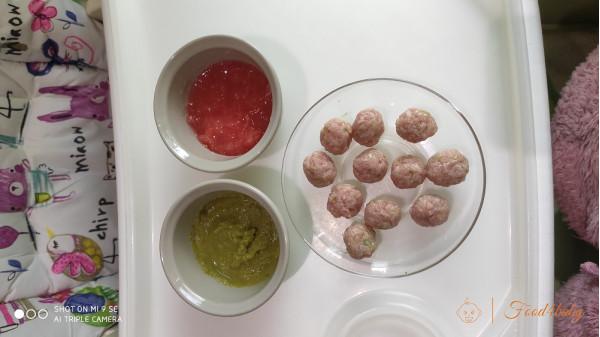 М'ясні кульки в підливі з зеленого горошку та помідора