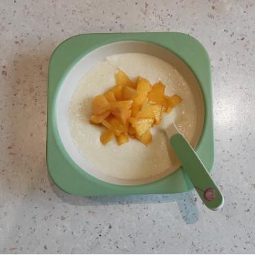 Молочна манна каша з персиком