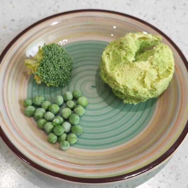 Омлет с брокколи и зеленым горошком на пару.