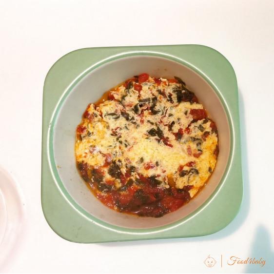 Омлет с помидором и шпинатом