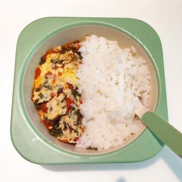 Рисовая каша и омлет с помидором и шпинатом