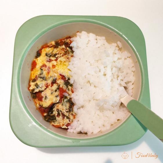 Рисова каша та омлет з помідором та шпинатом
