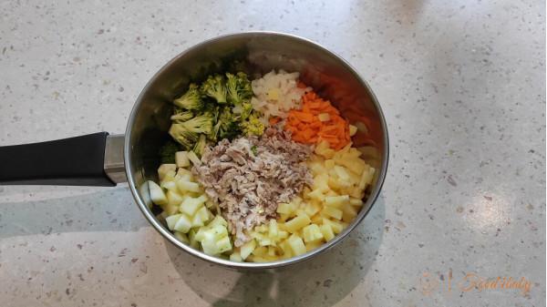 Питательный суп с овощами, макаронами и мясом