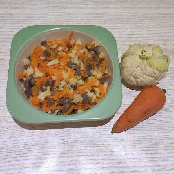 Курячі шлунки тушковані з морквою та цвітною капустою
