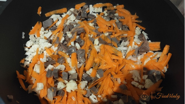 Куриные желудки тушеные с морковью и цветной капустой