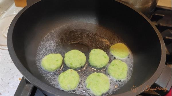 Рецепт рыбных котлет с горошком без яйца для детей от 9 месяцев до года и после года.